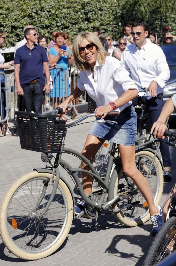 бриджит макрон на велосипеде