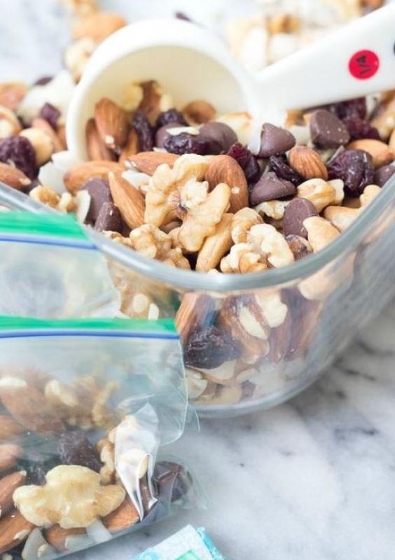 Перекусы из орехов и злаки для каш можно взвесить заранее