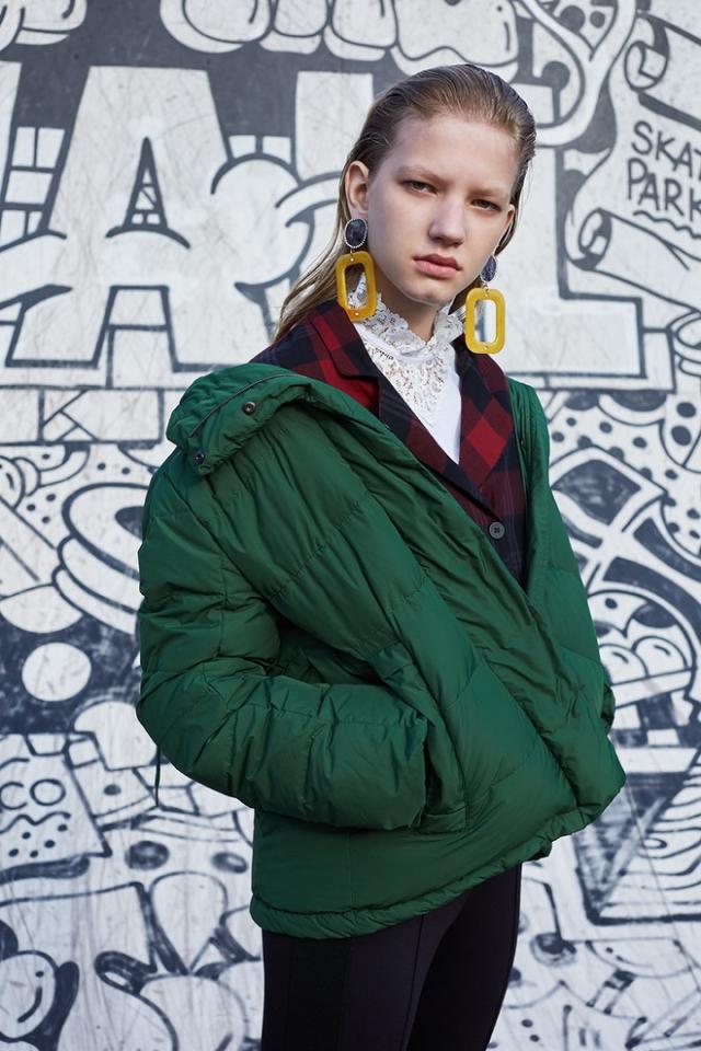 Неожиданное сочетание: как носить спортивный пуховик с классикой - фото №2
