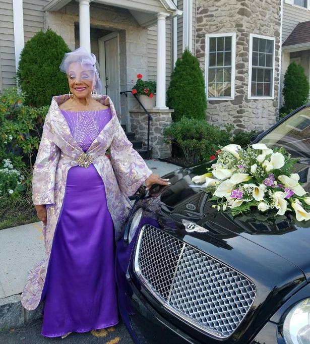 Почему бы и нет: 86-летняя невеста отправилась под венец в платье, которое она придумала сама - фото №1