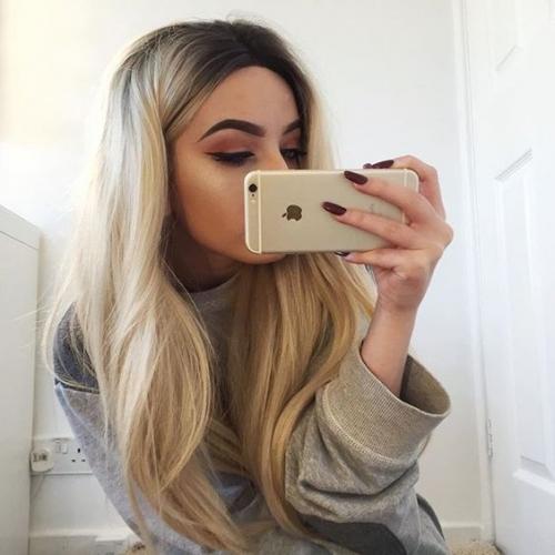 девушка селфи на айфон