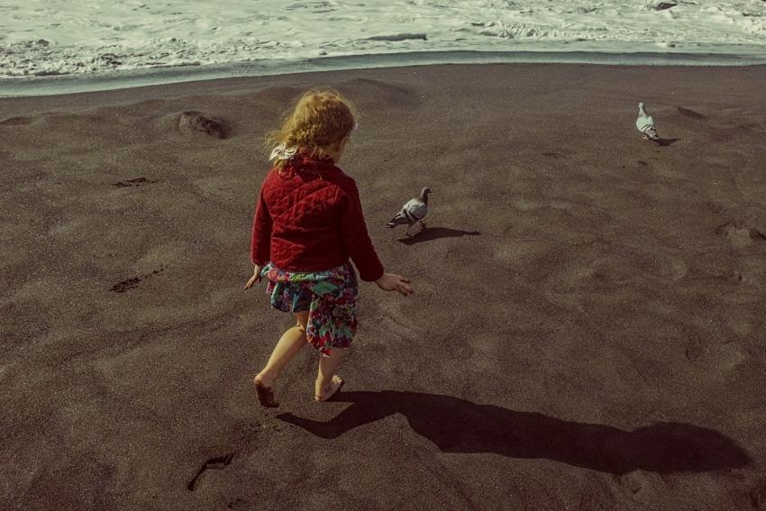 девочка гуляет по берегу моря
