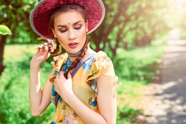 разноцветный чокер Zhanna UDLER, шляпа «Шапельє»