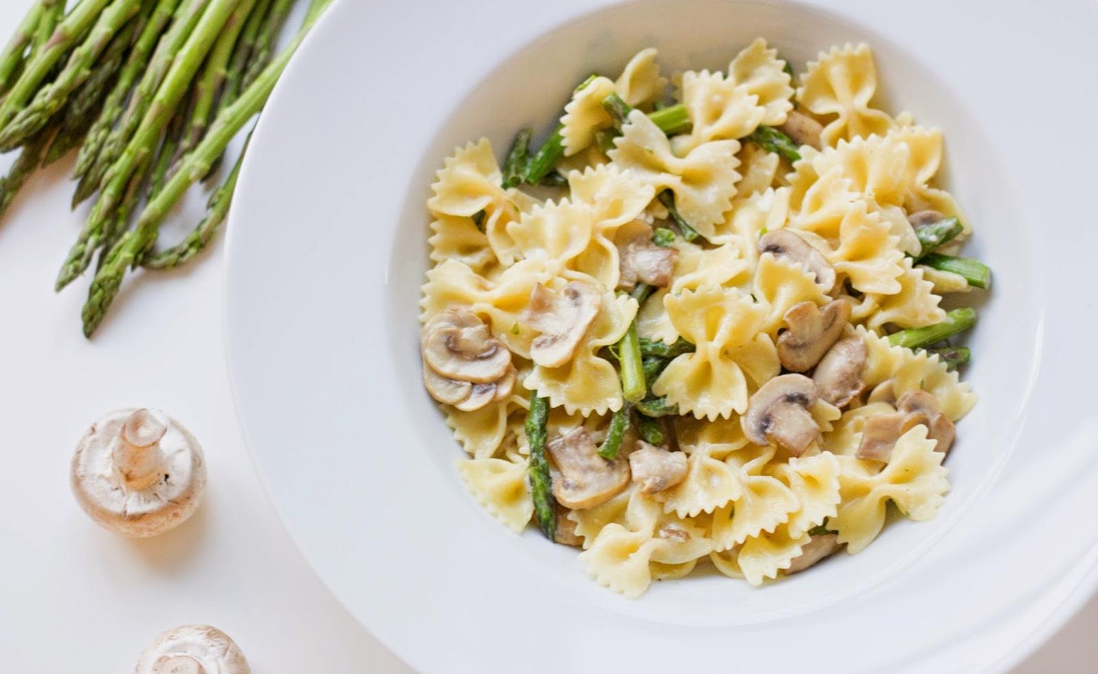 Рецепт для макарон в форме бабочек: паста фарфалле с грибами и сливочным соусом - фото №3