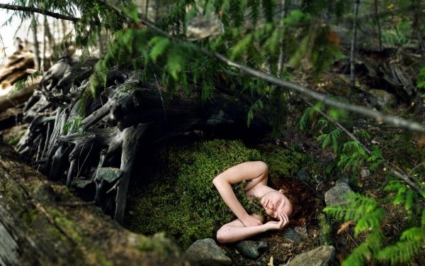 девушка лежит в лесу фото