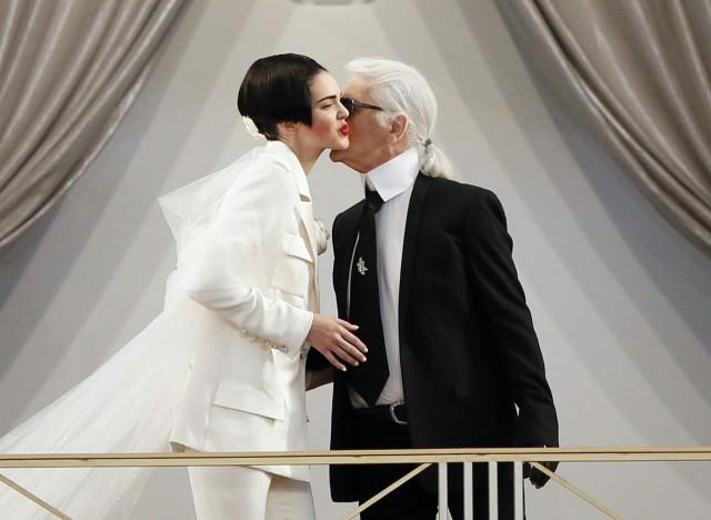 . В новом сезоне Недели высокой моды в Париже топ-модели приняли участие в показе Chanel. Правда, на этот раз Карл Лагерфельд не удостоил Кендалл Дженнер финального выхода невесты, как в прошлом году на Chanel Couture Spring 2015.