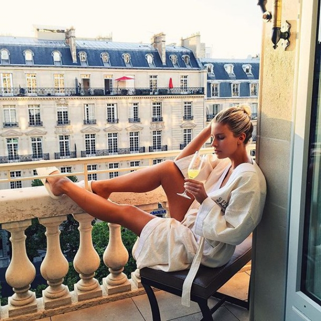 Утро девушка на балконе, дрочит член порно смотреть продолжительное
