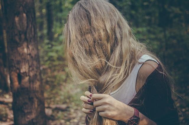 девушка в лесу с волосами