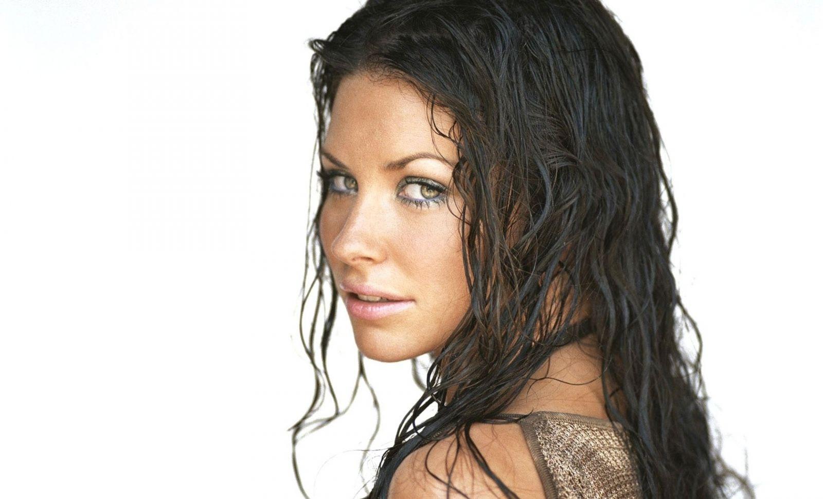 прическа с эффектом мокрых волос