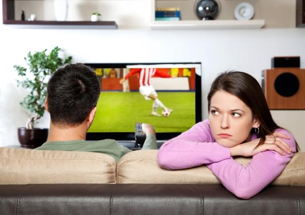 пара смотрит футбол