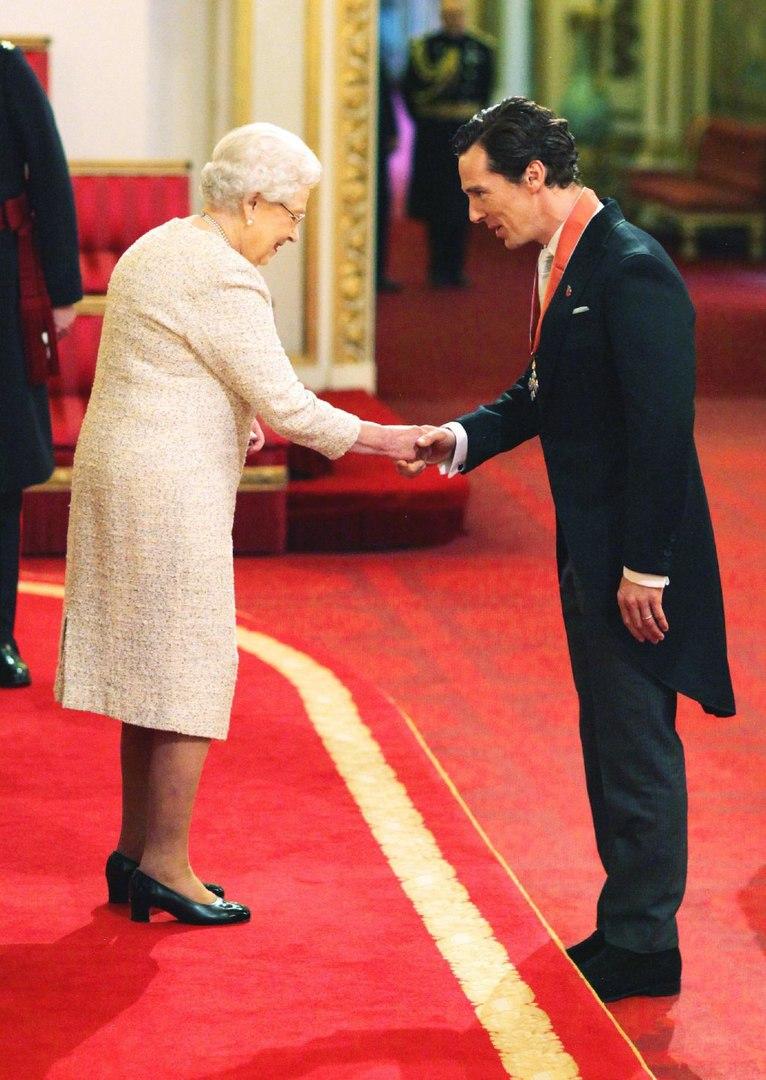 Из рук Королевы: Бенедикт Камбербэтч получил Орден Британской империи - фото №1