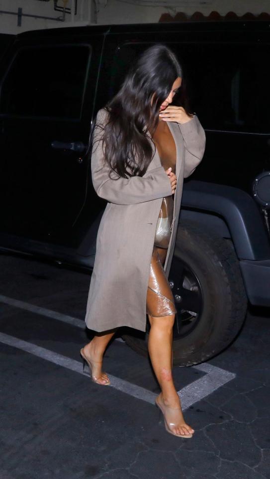Ничего лишнего: Ким Кардашьян сходила на ланч без белья в прозрачном платье (ФОТО) - фото №2