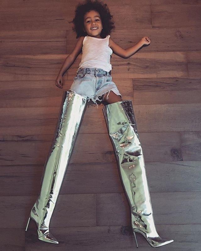 Дочь Ким Кардашьян Норт Уэст в зеркальных ботфортах мамы Balenciaga All Time