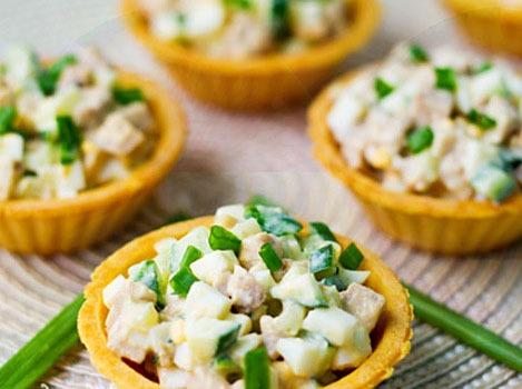 Салат из печени трески с огурцом маринованным и