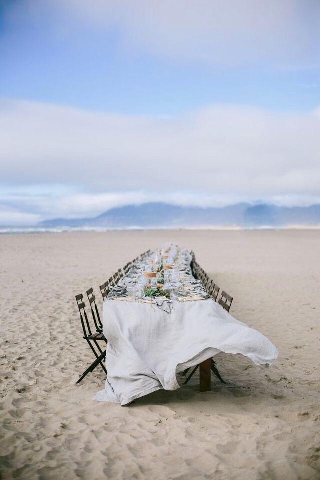 столик на берегу океана