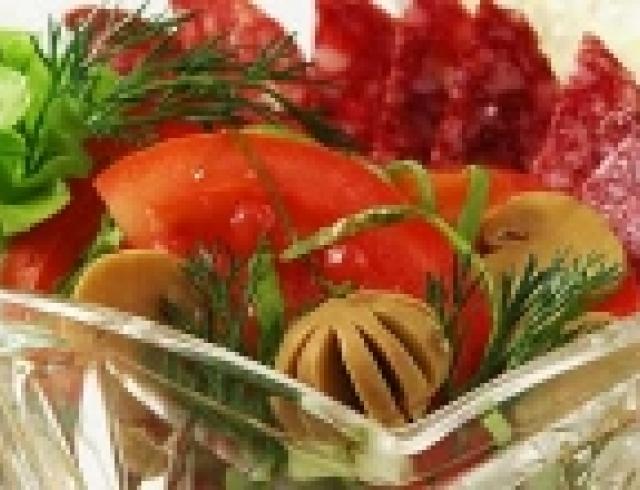 Пикантный салат с салями