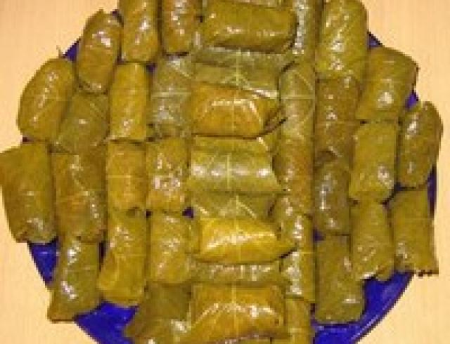 Голубцы в виноградных (или липовых) листьях (Румынская кухня)