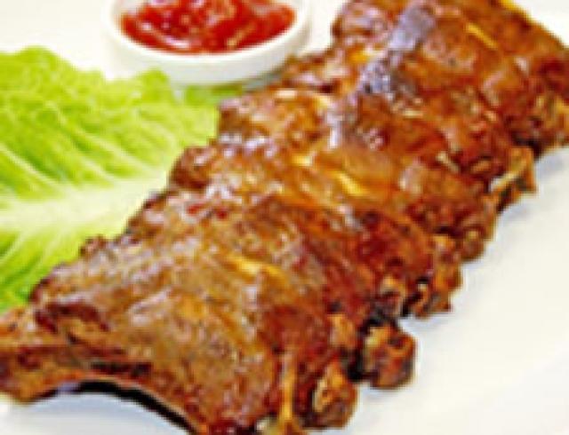 Свиные ребрышки в ананасе (банкетное блюдо)
