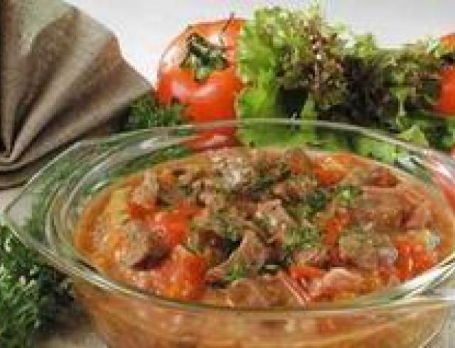 Язык, запеченный с овощами