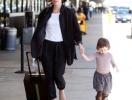 Мила Йовович с дочерью в аэропорту Лос-Анджелеса. ФОТО