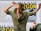 50-летняя Холли Берри засветила нижнее белье и выпила залпом полстакана виски на пресс-конференции (ВИДЕО)