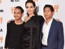 Анджелина Джоли показала соски на красной дорожке в сопровождении сыновей (ФОТО)