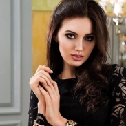 Скромница, ориентированная на семью, Анастасия Костенко в прошлом страстно целовалась с девушками (ВИДЕО 18+)