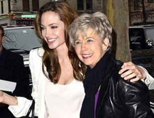 Анджелина Джоли подружилась с мамой Брэда Питта