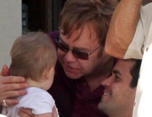 Элтон Джон с мужем и сыном на Гавайях