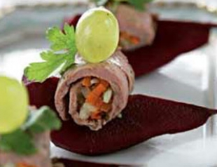 Рулетики из ростбифа с грушами в красном вине