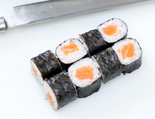 Готовим суши: маки с лососем. ФОТО