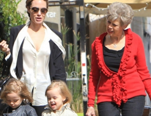 Анджелина Джоли с детьми и мамой Питта. Фото