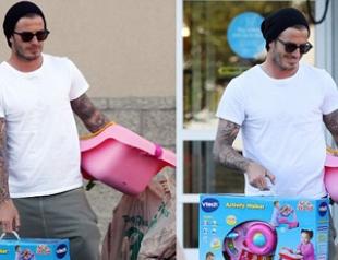 Дэвид Бекхэм покупает подарки для Харпер. Фото