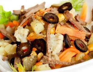 Теплый салат из печени и овощей