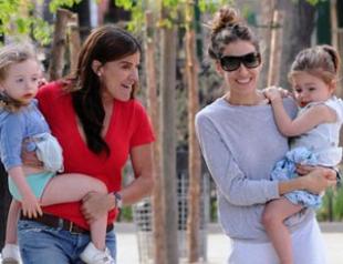 Сара Джессика Паркер на прогулке с дочками. Фото