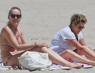 Шэрон Стоун в откровенном бикини на пляже. Фото
