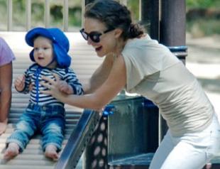 Натали Портман погуляла с сыном на площадке. Фото