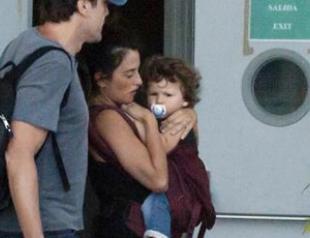 Пенелопа Крус с мужем и сыном Лео в Мадриде. Фото
