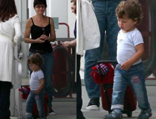 Пенелопа Крус с семьей в аэропорту Лос-Анджелеса. Фото