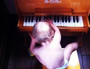 Пинк учит дочку игре на пианино. Фото