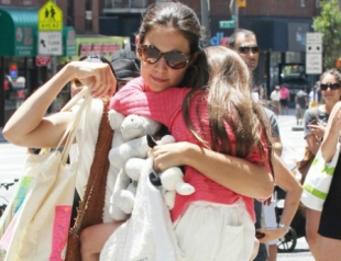Кэти Холмс сменит имя и фамилию дочери Сури