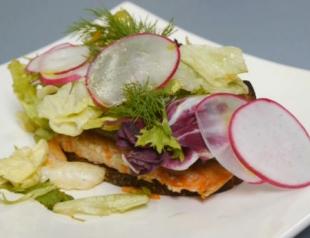 Рецепт брускетты с лососем на муссе из баклажана. Видео