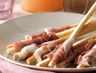 Новогодняя закуска: прошутто с хлебными палочками