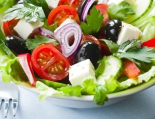Витаминный салат из сезонных продуктов. Видеорецепт