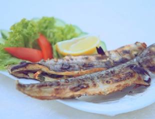 Рыба, фаршированная овощами на мангале. Видео-рецепт