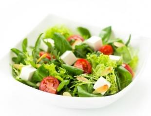 Салат с пастой пенне и сыром халуми