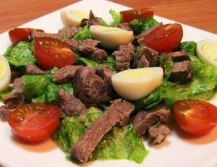 Салат с говядиной, помидорами и яйцами
