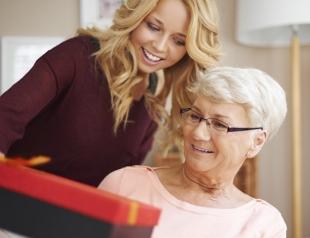 Что подарить бабушке на 8 марта: идеи подарков для самых родных