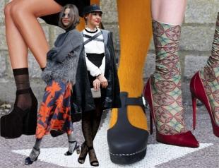 Как носить босоножки и туфли с носками и цветными колготками: примеры из коллекций. Street Style