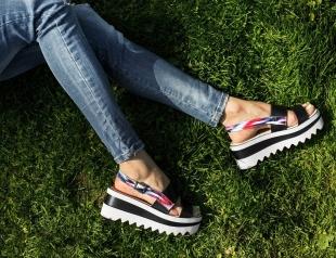 Босоножки, балетки, лоферы: где купить 5 незаменимых пар обуви на лето